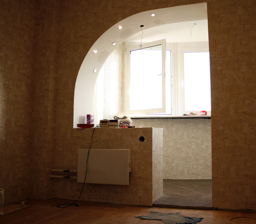 Лампочки в арке и обои на лоджии.